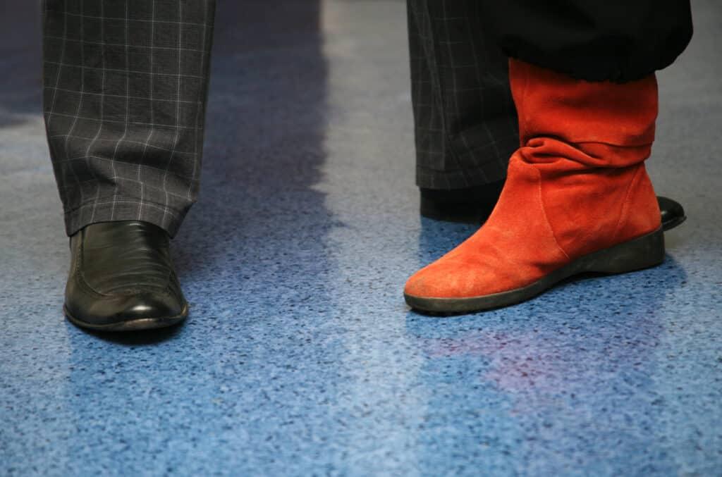 Man en vrouw op linoleum vloer