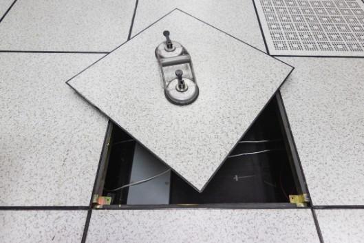 Een vloerpaneel opgetild met een zuigmechanisme