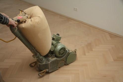 Houten vloer laten schuren met speciale schuurmachine
