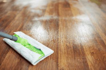 Vinyl vloer schoonmaken met een dweil